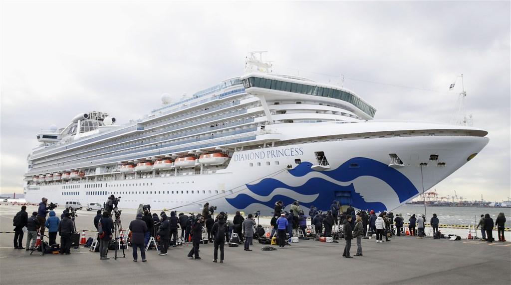 NHK報導,停泊橫濱港的鑽石公主號遊輪再添41例確診感染武漢肺炎病毒。圖為鑽石公主號停靠橫濱港補給物資。(共同社提供)