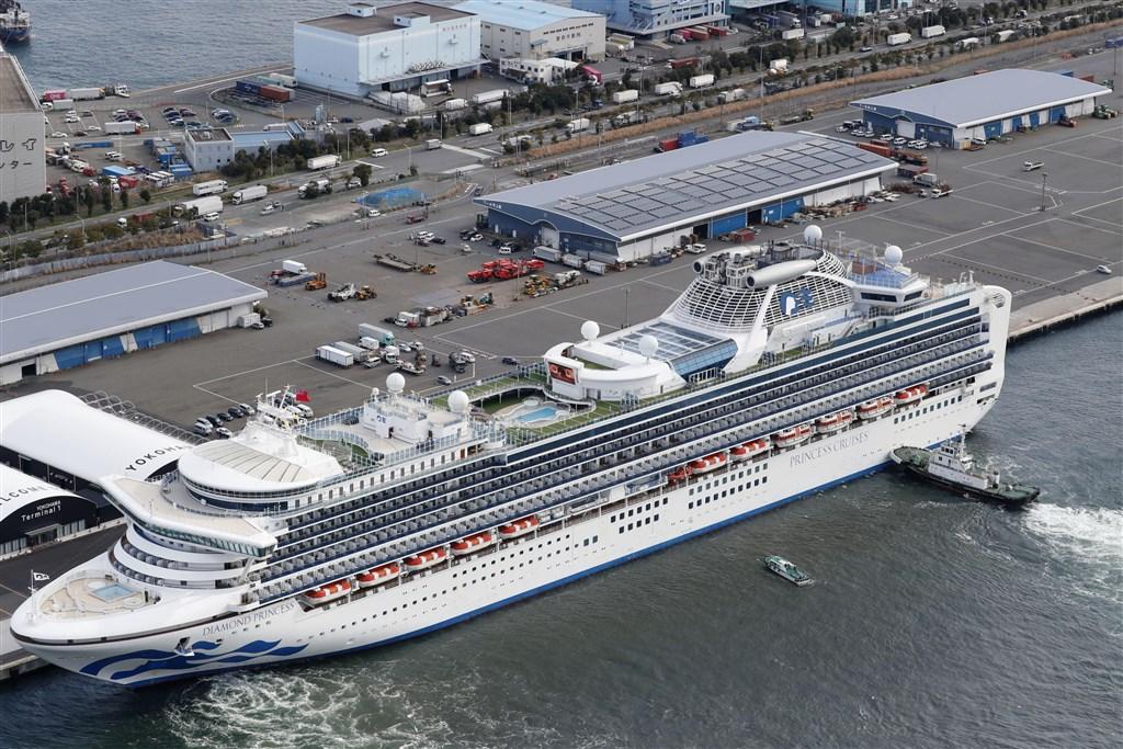 日本厚生勞動省6日指出,停泊橫濱港的鑽石公主號遊輪再添10例確診感染武漢肺炎病毒,其中1人是60多歲的台灣女性。(共同社提供)