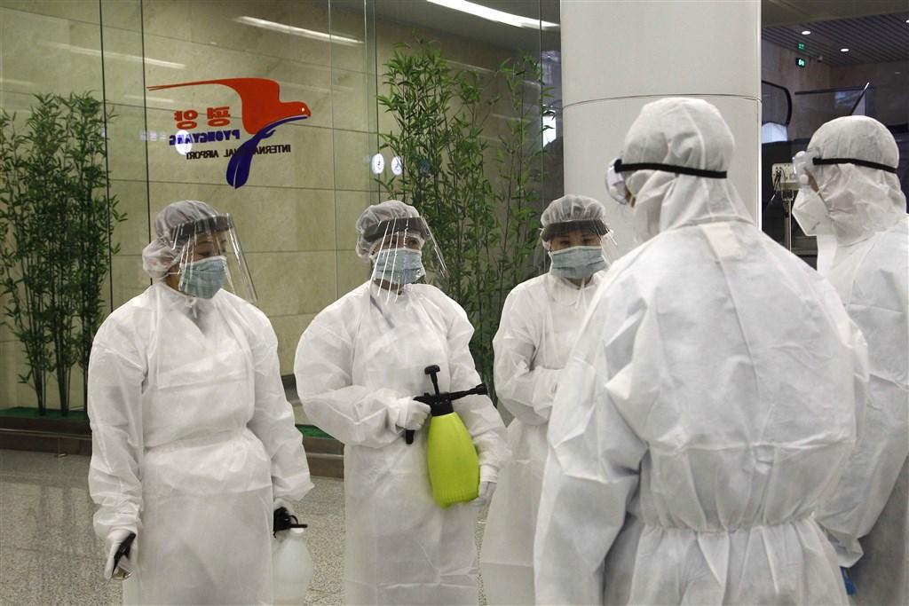 北韓全面中斷正在進行的全軍冬季訓練,原因是北韓出現7例武漢肺炎確診患者。圖為身穿防護服的北韓工作人員在平壤國際機場執行消毒作業。(檔案照片/美聯社)