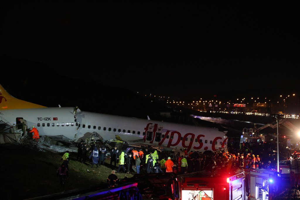 土耳其一架飛機在惡劣天候降落發生意外,機身起火並斷成3截,造成3人死亡與179人受傷。(安納杜魯新聞社提供)