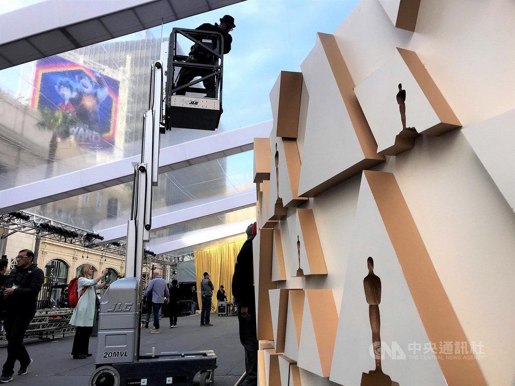 第92屆奧斯卡金像獎9日登場,會場外的紅毯區正在最後趕工,典雅的金色是主視覺。中央社記者林宏翰洛杉磯攝 109年2月7日