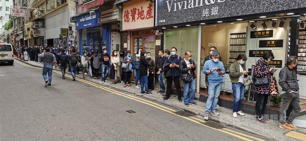 在武漢肺炎疫情衝擊下,香港口罩供不應求,排隊搶購口罩已成為港人當前生活的一部分。圖為數以百計市民7日在灣仔一家藥店外排隊買口罩。中央社記者張謙香港攝 109年2月7日