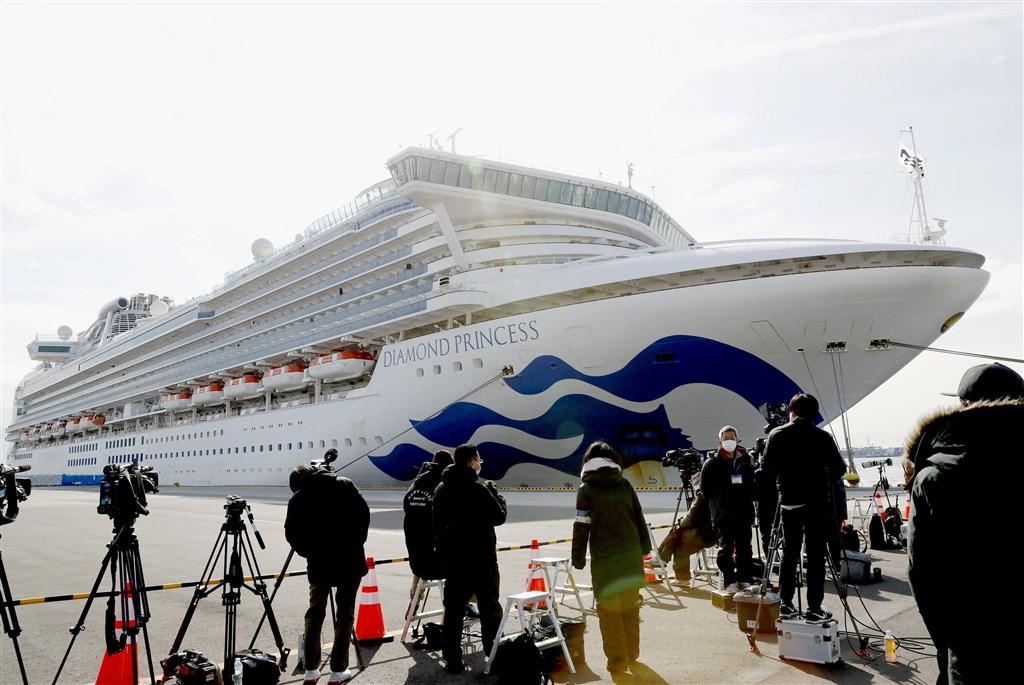 暫時停靠在日本橫濱港的鑽石公主號郵輪,因受武漢肺炎疫情影響,船上3000多人無法下船。(共同社提供)