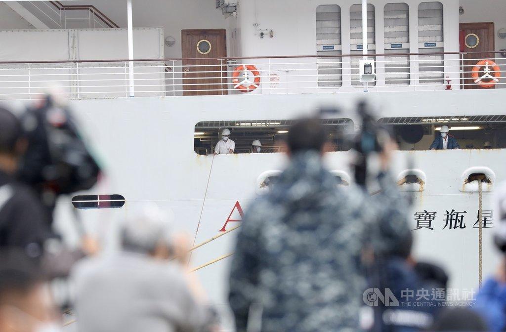 中國武漢肺炎疫情延燒,麗星郵輪「寶瓶星號」8日上午進入基隆港,除船上人員戴上口罩,指揮中心也派25名防疫人員上船檢疫,由6名醫師、8名護理人員針對可能目標群共70至100人進行採檢工作。中央社記者張皓安攝 109年2月8日