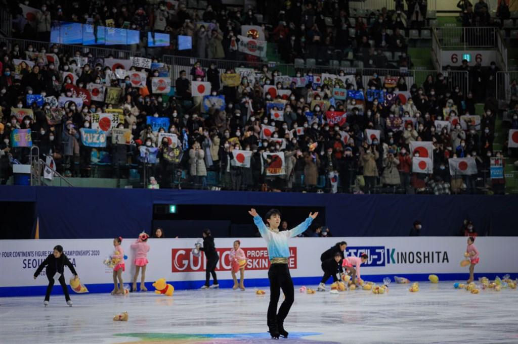 日本花式滑冰名將羽生結弦(前)7日在四大洲花式滑冰錦標賽男子單人滑短曲項目中,以111.82分遙遙領先,並打破他個人最佳成績、創新世界紀錄。(圖取自twitter.com/ISU_Figure)