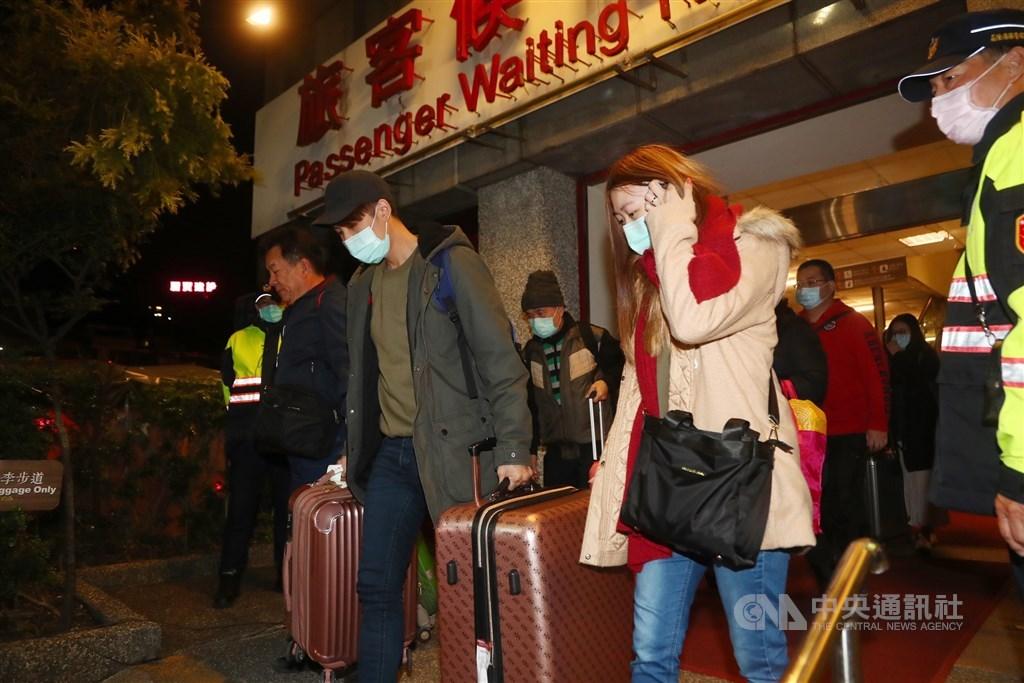 麗星郵輪「寶瓶星號」8日部分旅客採檢全為陰性,旅客可順利下船,晚間好消息傳出後,旅客也開始陸續通關,踏上返家路。中央社記者王騰毅攝 109年2月8日