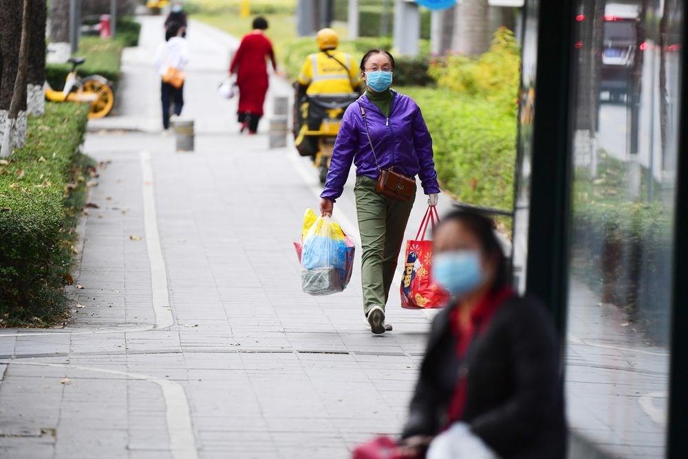 對於2019新型冠狀病毒是否會經由飛沫微粒(中國稱「氣溶膠」)傳播,也就是空氣傳染,中國專家、官方說法並沒有一致。圖為深圳民眾戴口罩出門。(中新社提供)