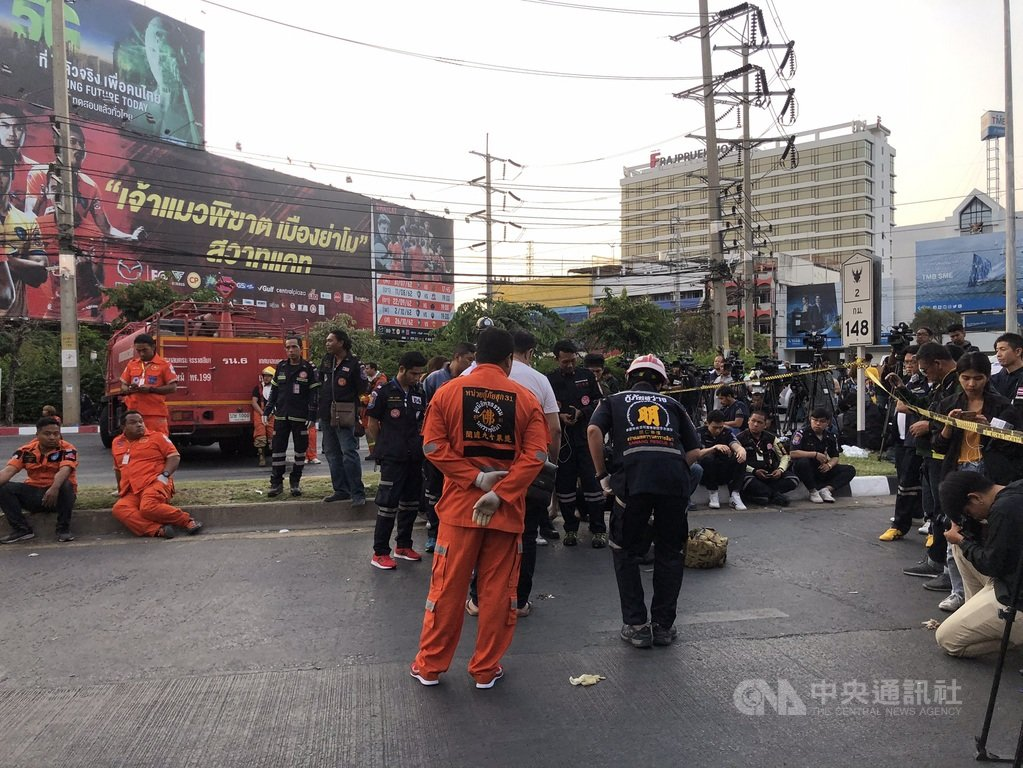 泰國發生軍人在東北部呵叻府持槍濫殺平民後躲進百貨公司的事件,圖為軍警和救護人員在百貨公司外等待的畫面。(民眾提供)中央社記者呂欣憓曼谷傳真 109年2月9日