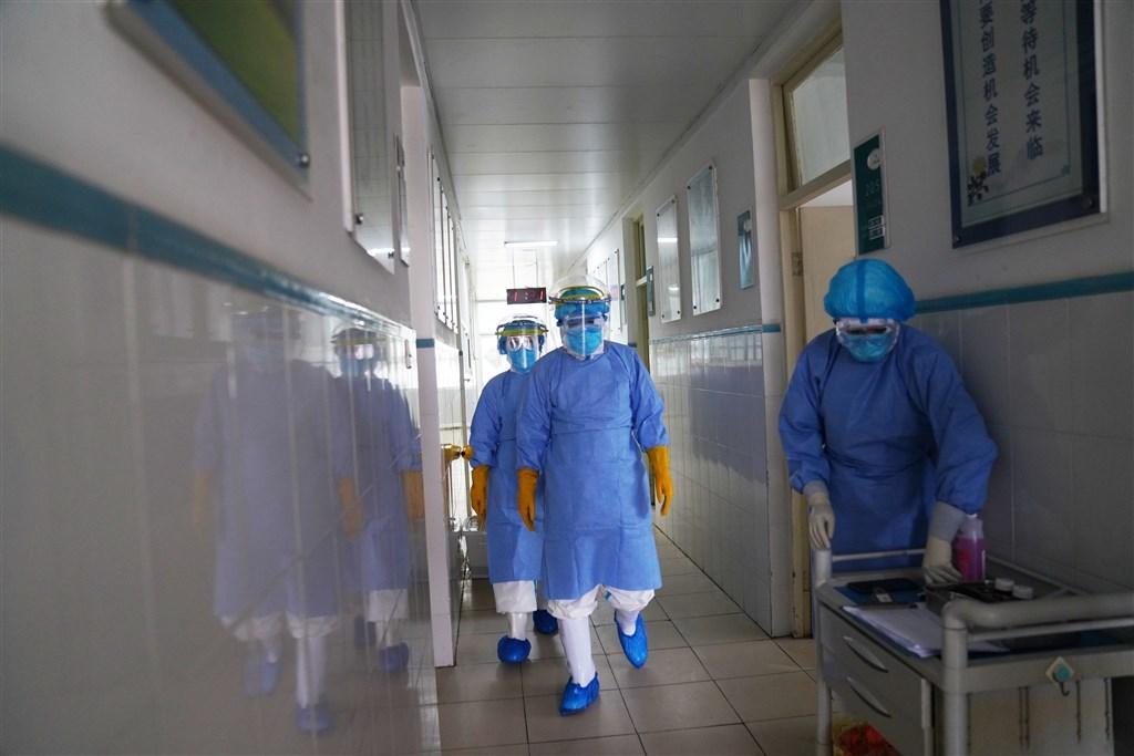 據中國官方9日通報,截至8日午夜,新型冠狀病毒肺炎累計死亡病例已達811例,超越2003年SARS全球死亡人數。圖為中國山東的人民醫院,醫師著防護服查房。(中新社提供)