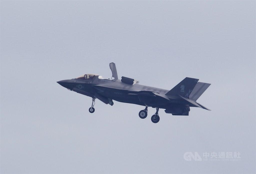 新加坡航空展從11日起在樟宜展覽中心舉行6天,圖為美國F-35B戰機在9日的記者會後單機特技表演。中央社記者黃自強新加坡攝 109年2月9日