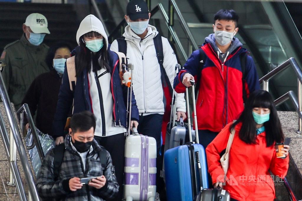因應武漢肺炎疫情,出入車站的旅客全都戴上口罩,預防病毒感染。中央社記者王騰毅攝 109年2月5日