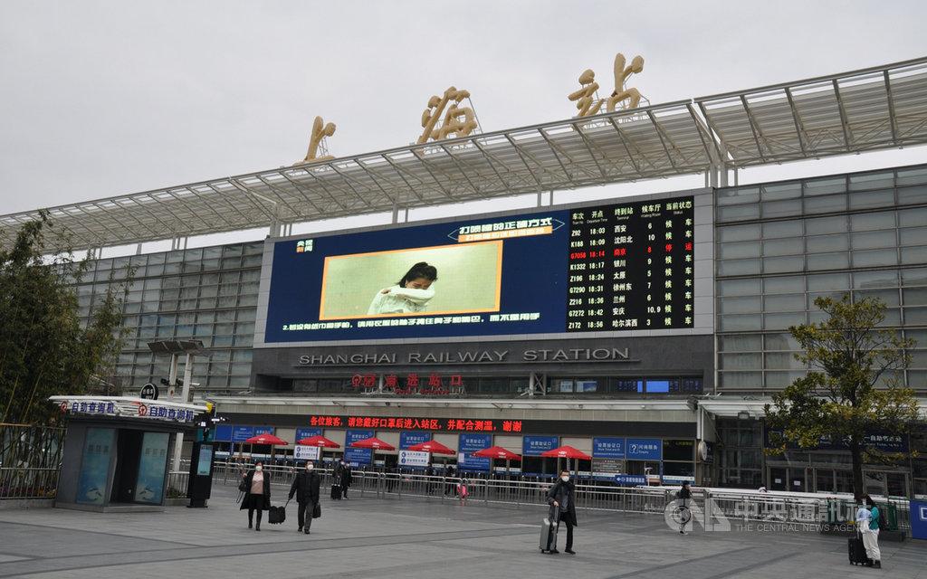 受到武漢肺炎疫情影響,原先人潮聚集的上海火車站廣場,也顯得相當寂寥。圖為8日的上海火車站前。中央社記者沈朋達上海攝 109年2月9日