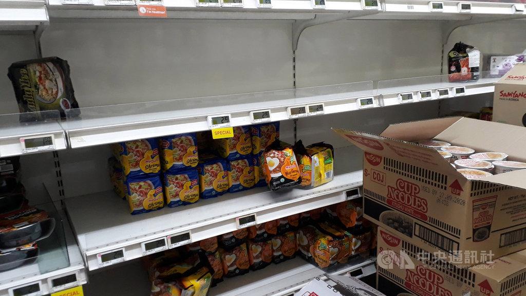 新加坡職總平價超市從9日起限制紙類產品、米、速食麵與蔬菜購買數量,希望消費者莫囤積貨物,圖為超市貨架上的速食麵。中央社記者黃自強新加坡攝 109年2月9日
