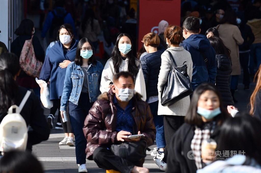 主計總處12日將發布最新經濟預測,學者認為受中國延遲復工與民眾減少旅遊消費影響,2020年經濟成長率2.72%預測值將下修。圖為民眾戴口罩外出。(中央社檔案照片)