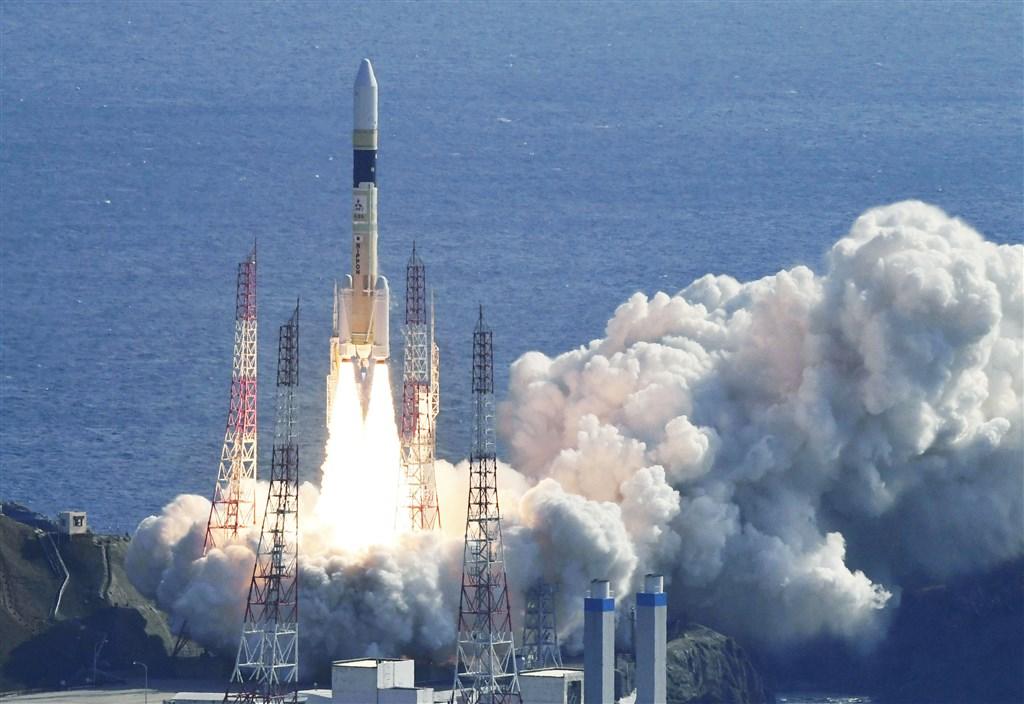 搭載日本政府新情蒐衛星「光學7號」的H2A火箭41號9日發射升空。(共同社提供)