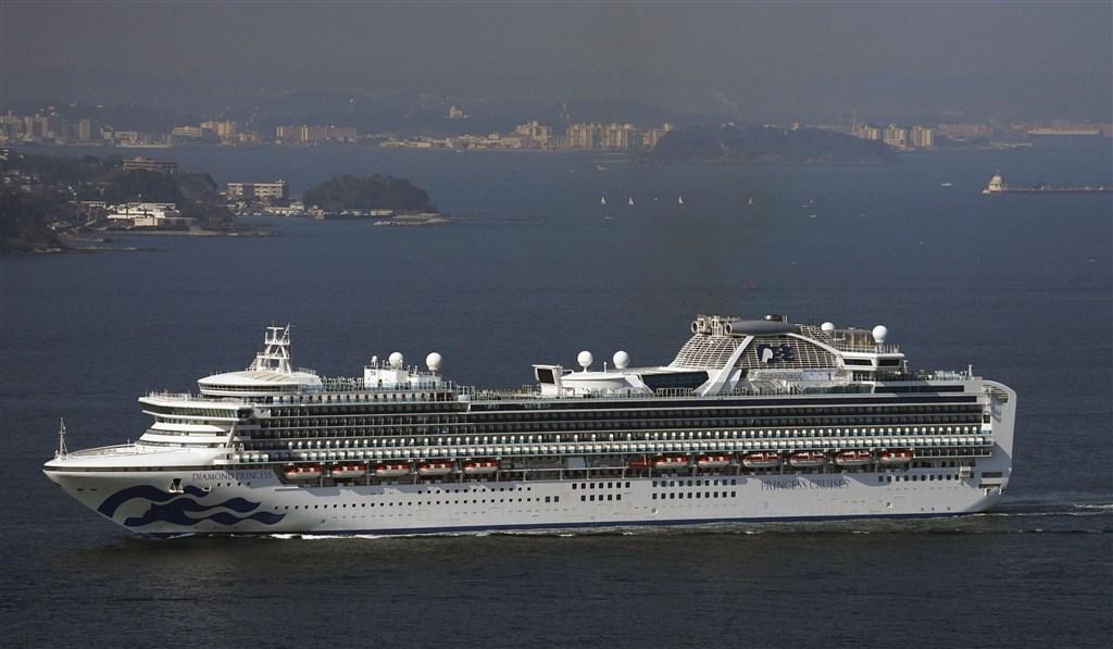 暫時停泊日本橫濱港外海的鑽石公主號遊輪,船上至少64人感染武漢肺炎。(共同社提供)