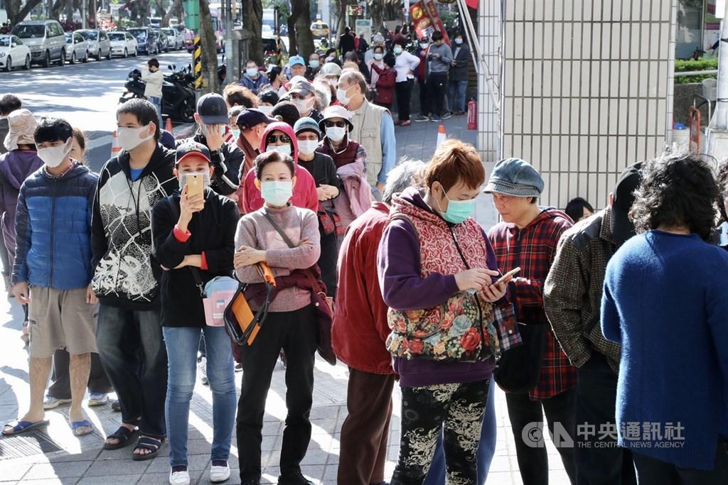 副總統陳建仁10日表示,新型冠狀病毒可能漸漸演變成為流感一樣的病毒,換句話說,武漢肺炎可能成為持續存在、週期循環的傳染病。圖為民眾排隊購買口罩。中央社記者張皓安攝 109年2月6日