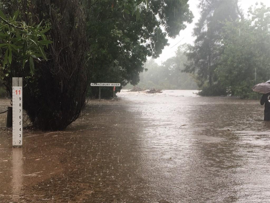 澳洲氣象局表示,過去4天內,雪梨降下391.6毫米的雨量,到處淹水且交通大打結,數千人被迫遠離家園,上萬人無電可用。(圖取自twitter.com/BOM_NSW)