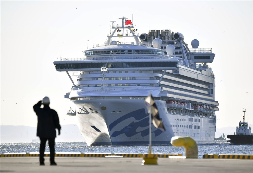 鑽石公主號郵輪因曾載過武漢肺炎確診病患,所以日本政府依法不准船上人員入境,目前停泊在橫濱港碼頭外防疫隔離。(檔案照片/共同社提供)