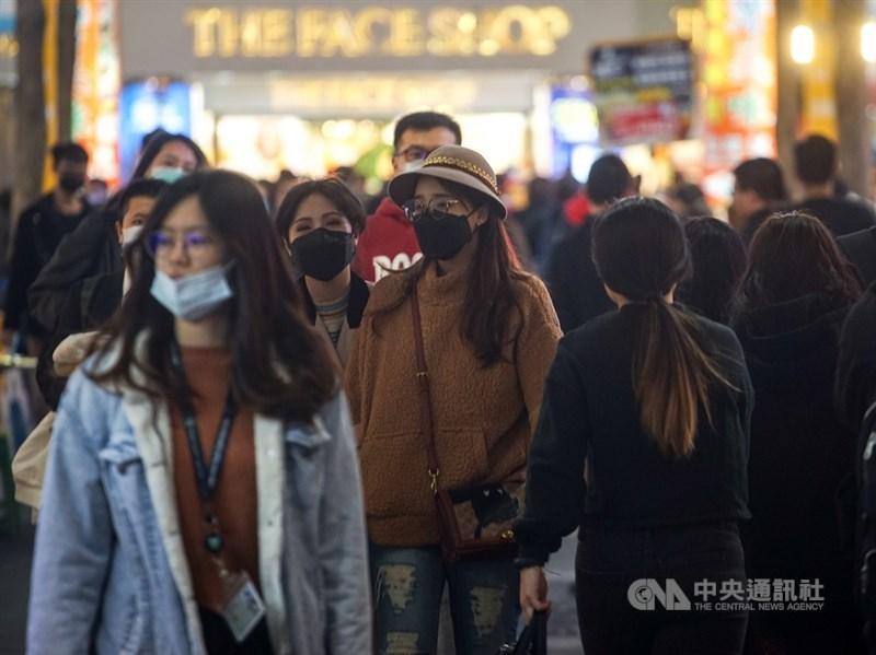 國內出現首例武漢肺炎無症狀感染者,是否具傳染力成關注焦點。圖為台北街頭民眾戴口罩。(中央社檔案照片)