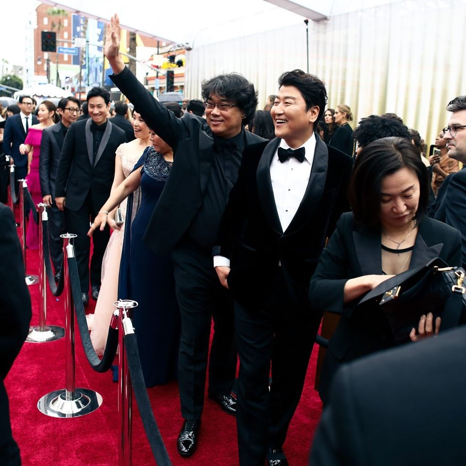 第92屆奧斯卡金像獎9日舉行頒獎典禮,南韓電影「寄生上流」榮獲最佳國際影片獎。圖為「寄生上流」電影團隊抵達奧斯卡紅毯現場。(圖取自facebook.com/TheAcademy)