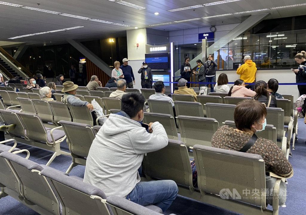 菲律賓民航委員會10日晚上下令,禁止曾入境或停留台灣的非菲律賓籍人士入境,但數架班機在命令發布前起飛,約150名台籍旅客抵達菲國後被拒絕入境。圖為滯留馬尼拉機場旅客。(民眾提供)中央社記者陳妍君傳真 109年2月11日