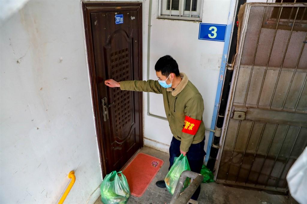 中國湖北省武漢市新冠肺炎疫情防控指揮部11日凌晨發布通告,下令即日起全市所有住宅小區實行封閉管理。當地網友指小區封管早已實施。圖為武漢一社區工作人員為行動不便的老人送菜上門。(中新社提供)中央社 109年2月11日