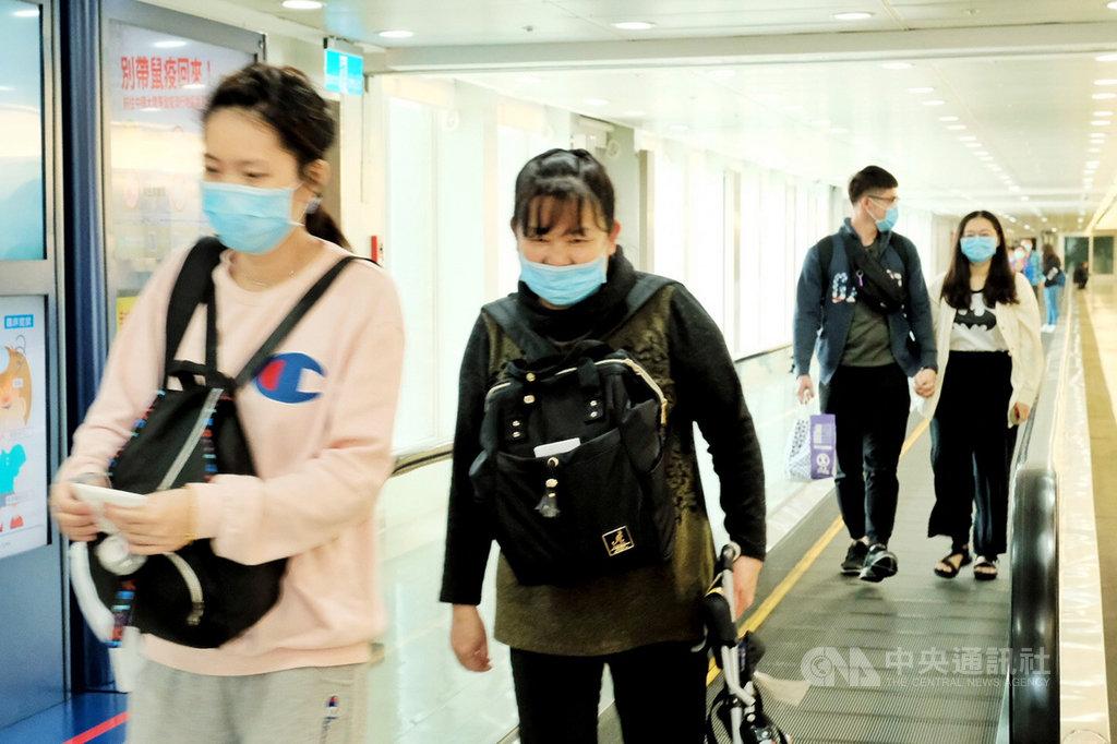 菲律賓民航委員會10日晚間宣布「臨時旅行禁令」,基於一個中國政策,將台灣與中國、香港、澳門旅客都列入禁止入境;許多昨晚抵菲的台灣人11日陸續返台。中央社記者吳睿騏桃園攝  109年2月11日