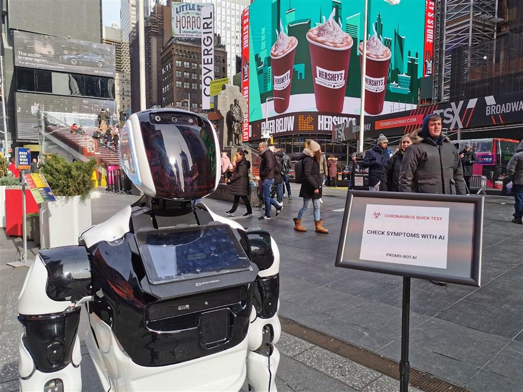 一台1.5公尺高的機器人10日進駐紐約時報廣場,協助提供武漢肺炎相關資訊。(圖取自Promobot網頁promo-bot.ai)
