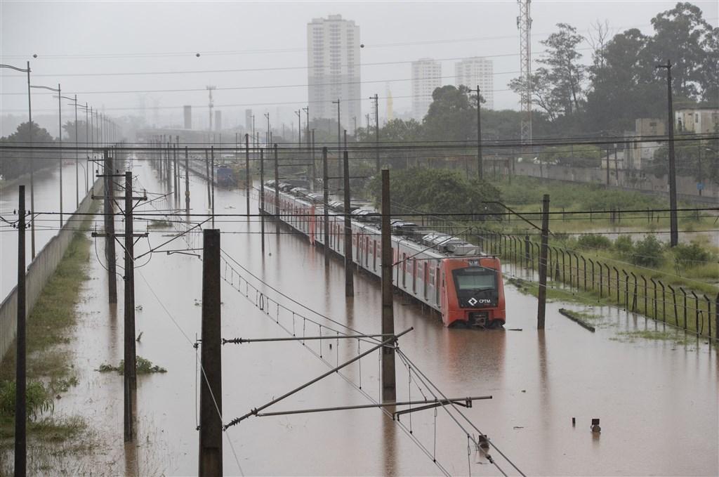 巴西聖保羅市從9日傍晚開始遭到暴雨襲擊,導致河水氾濫,多處地點發生嚴重淹水、土石流、房屋倒塌等災情,全市交通癱瘓。(美聯社)