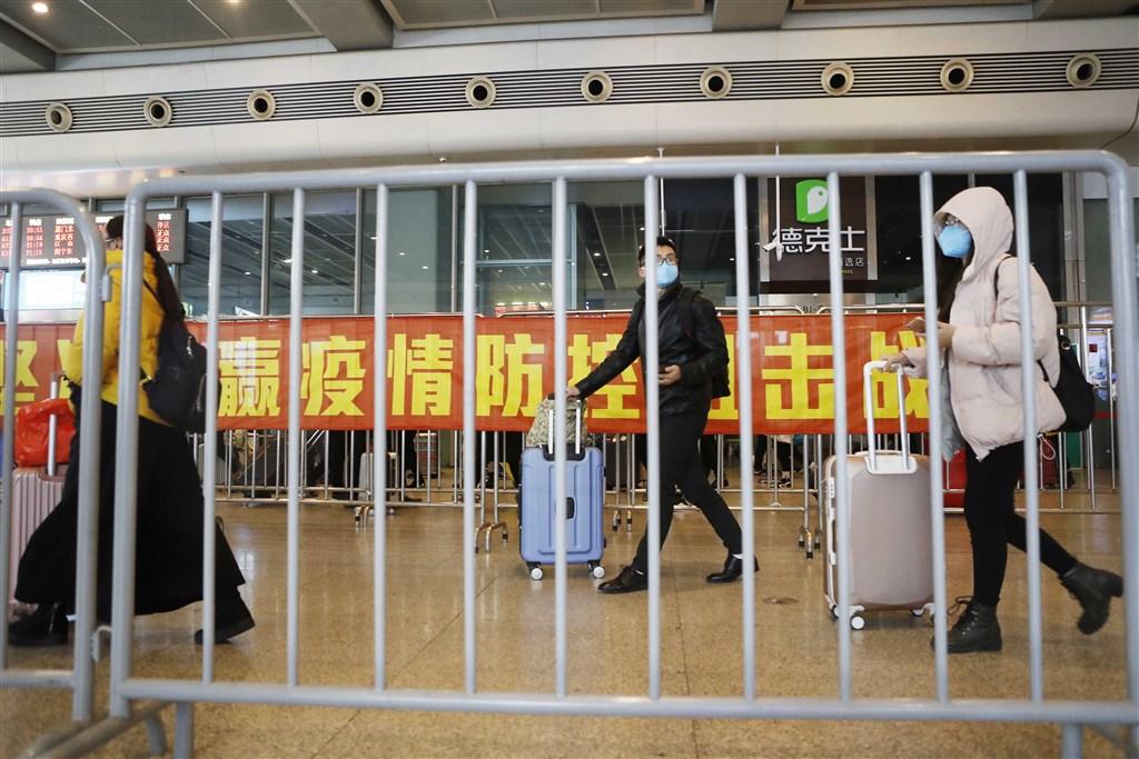 中國專家樂觀估計,湖北以外省份的疫情將在20日左右達到轉折點。圖為8日上海開工前虹橋車站旅客。(中新社提供)
