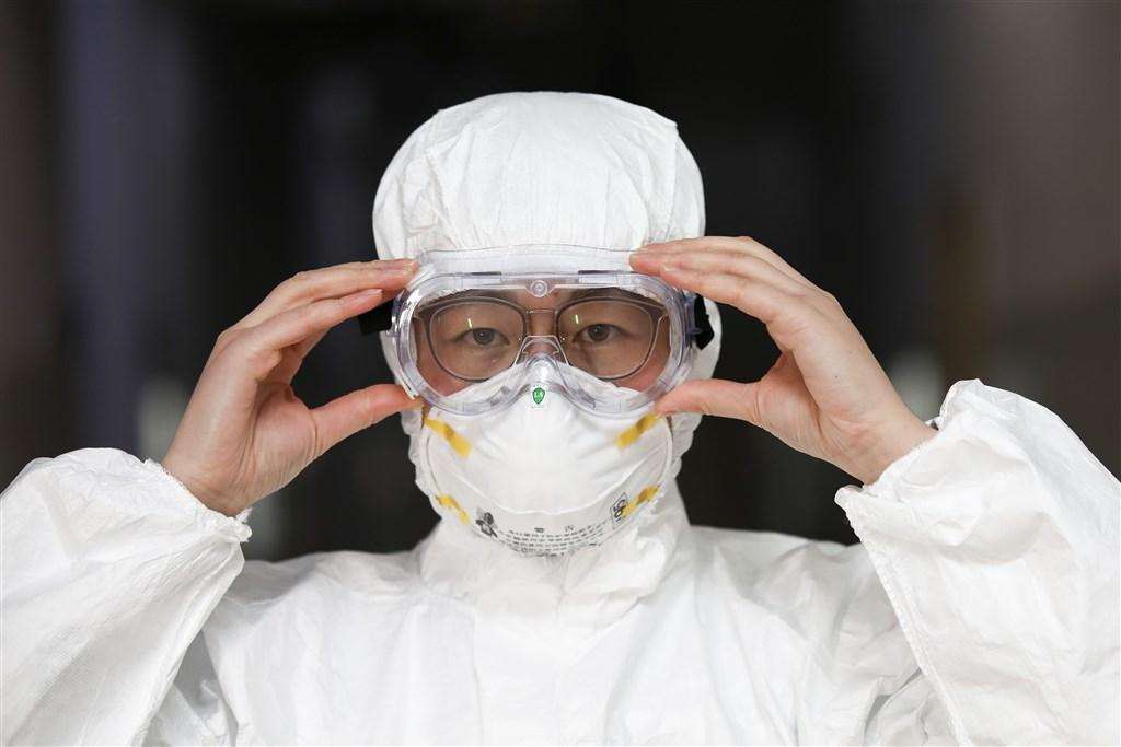 陸媒報導,武漢當地自肺炎疫情爆發起,可能已超過千名醫護人員遭感染,專家表示,除了源於初期資訊不透明和防護裝備不足外,也凸顯出公共衛生長年遭忽視問題。圖為江蘇省一間康復醫院的醫護人員。(中新社提供)