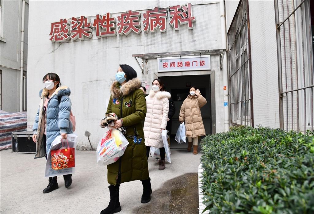中國媒體報導,武漢協和醫院西院7日出現一名特殊新型冠狀病毒肺炎病例,該患者經治療後2次檢測為陰性,但肺部影像顯示仍有病毒感染跡象。圖為2日協和醫院出院的新冠肺炎醫務人員。(檔案照片/中新社提供)