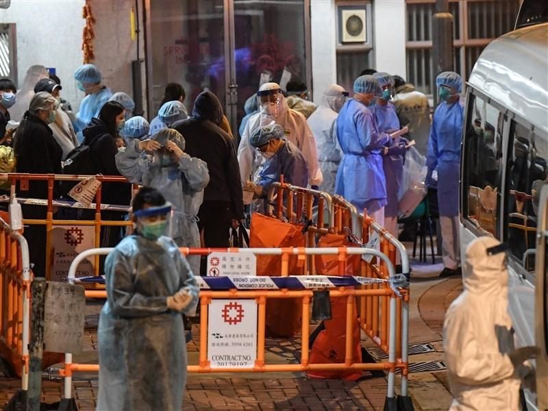 香港衛生部門11日公布本土新增7宗2019新型冠狀病毒肺炎(武漢肺炎),其中兩宗與青衣長康邨康美樓有關。圖為2月11日大批穿着醫護人員在長康邨康美樓一帶疏散居民。(中新社提供)