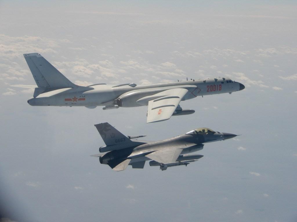 中國解放軍9日、10日24小時內兩度派出戰機擾台。圖為國軍F-16戰機10日掛載實彈監控共軍轟6。(國防部提供)中央社記者陳韻聿傳真 109年2月10日