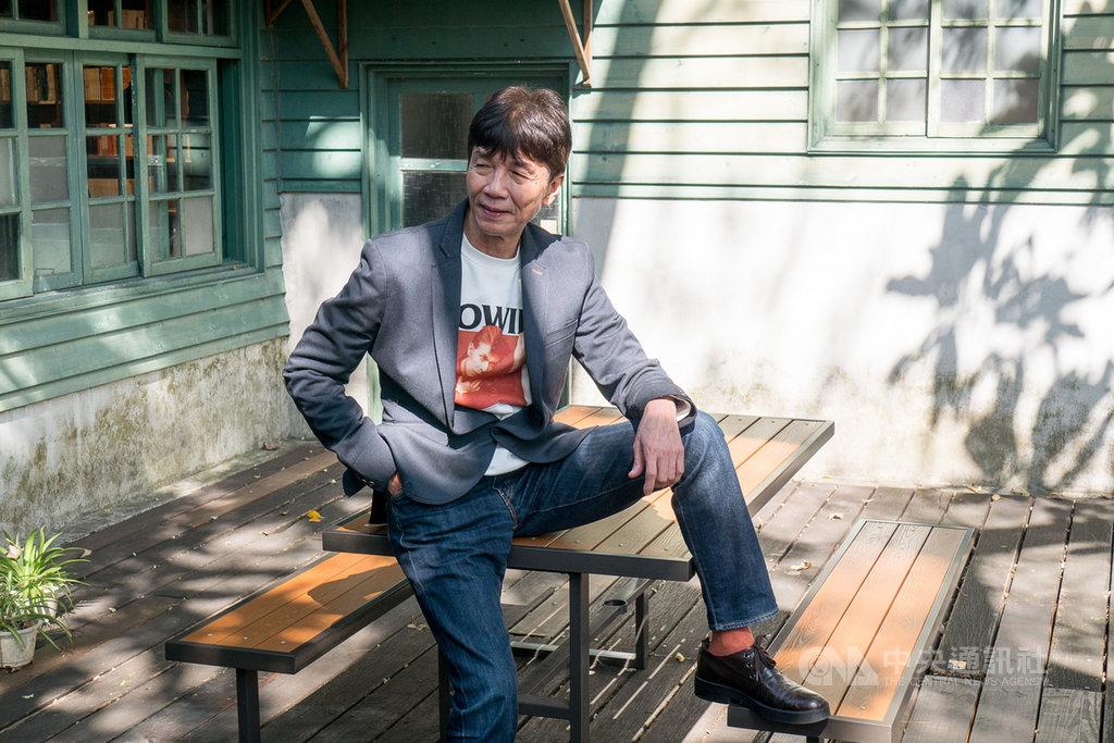 演員太保(張嘉年)(圖)在香港電影「叔.叔」中擔任男主角,飾演一名擁有美好家庭、一直沒有出櫃的年長男同志。他12日在台北接受媒體聯訪,分享詮釋角色的經驗。中央社記者洪健倫攝 109年2月12日