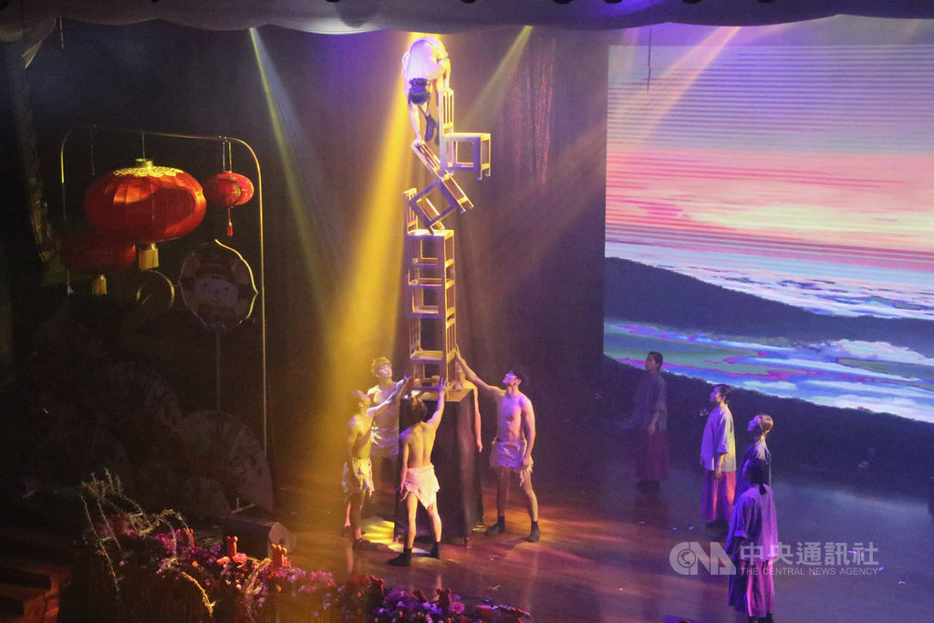 FOCA福爾摩沙馬戲團12日晚間在印尼演出,舞者在高疊的椅子上展現超高的平衡技巧,觀眾報以熱烈掌聲。中央社記者石秀娟雅加達攝 109年2月12日