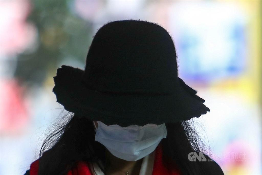 武漢肺炎疫情延燒,路上行人、公車和捷運乘客大半戴上口罩,因為過敏而咳嗽的人少不了挨幾個白眼。(示意圖/中央社檔案照片)