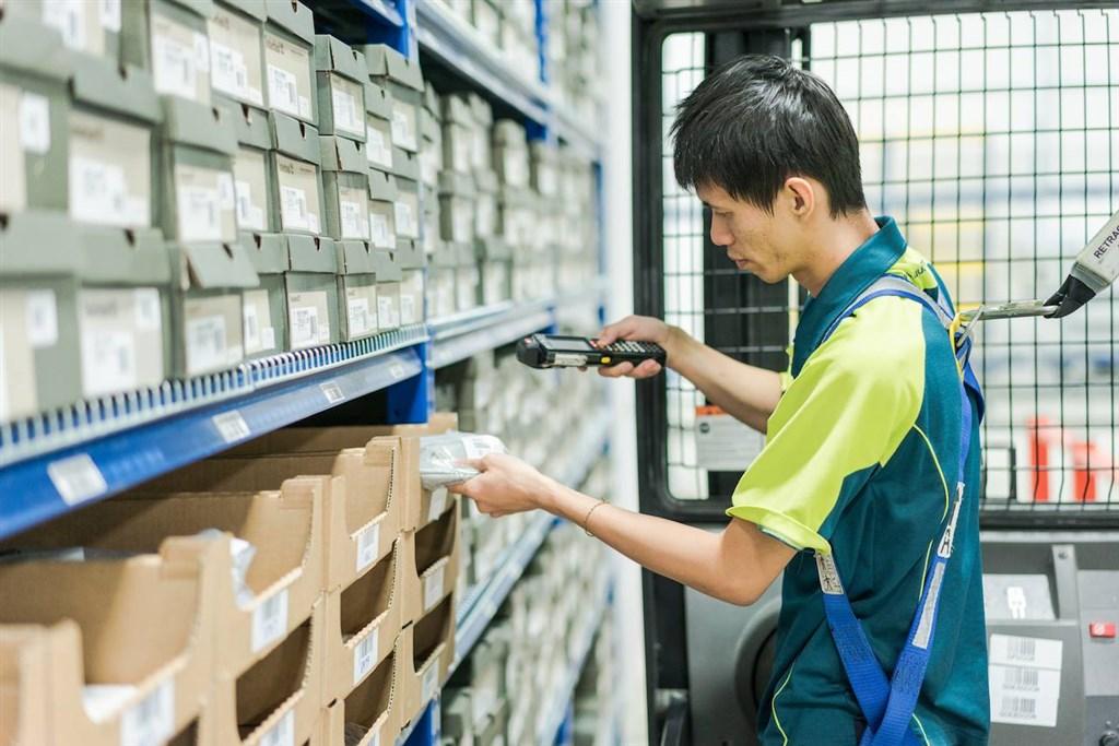 美國、新加坡和中國等地的郵政當局表示,為減緩致命病毒傳播取消航班,已對全球信件和包裹流通構成重大影響。(圖取自facebook.com/singpost)