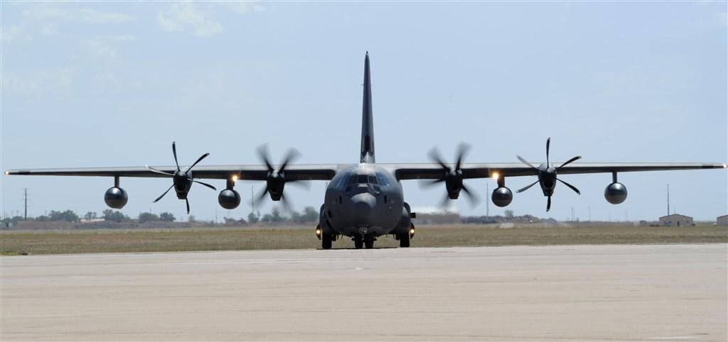 根據追蹤飛機動向的推特「飛機守望」披露,美軍兩架MC-130J特戰運輸機,12日沿台灣海峽中線由北向南飛行。圖為MC-130J同機型軍機。(圖取自美軍網頁www.af.mil)