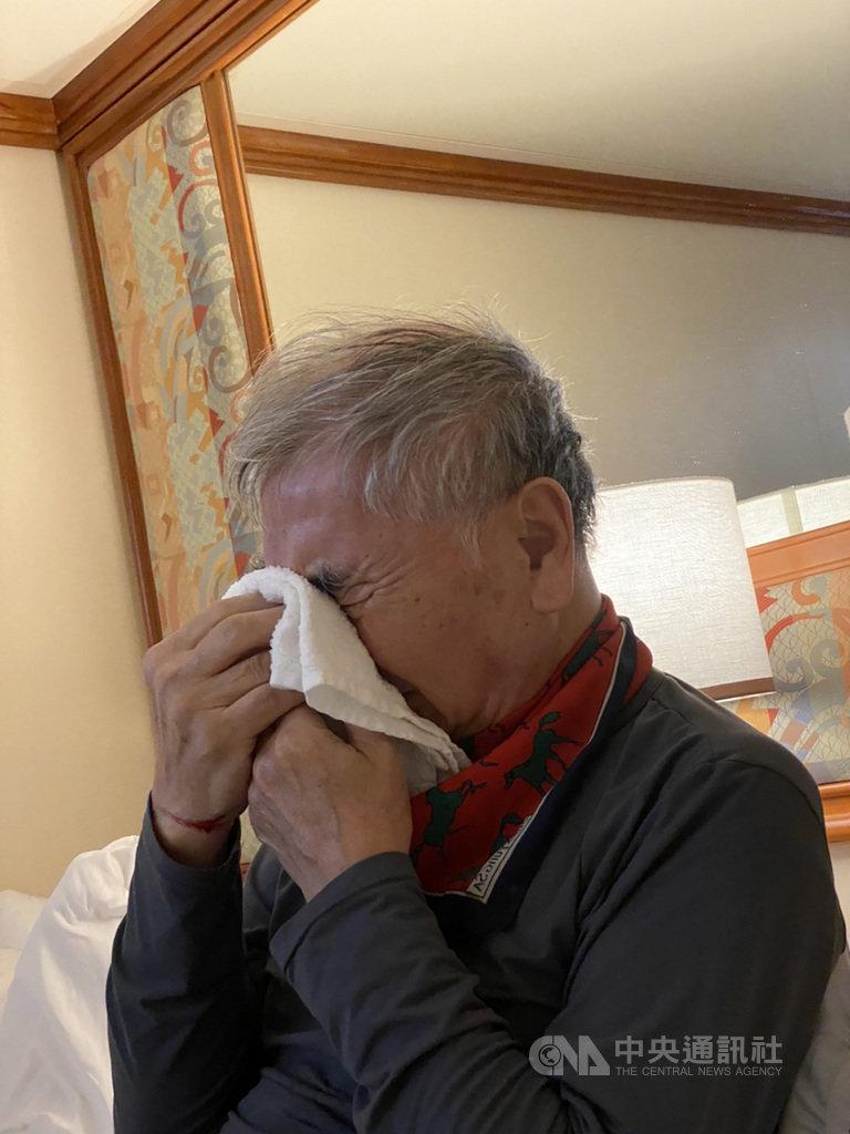 鑽石公主號正在日本橫濱港碼頭外進行防新型冠狀病毒隔離作業,船上有約20多名台灣人,其中一名中年男乘客表示父親連日咳嗽還咳血、多次流鼻血。12日終於有醫師到艙房內看診。(家屬提供)中央社記者楊明珠東京傳真 109年2月12日