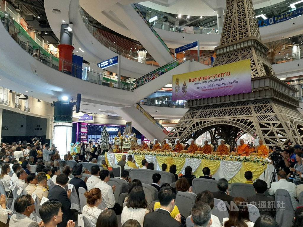 泰國東北部呵叻府一名軍人掃射平民後逃進百貨公司Terminal 21,這一家百貨公司13日請佛教僧侶祝禱後重新營業。(泰國商業部提供)中央社記者呂欣憓傳真 109年2月13日