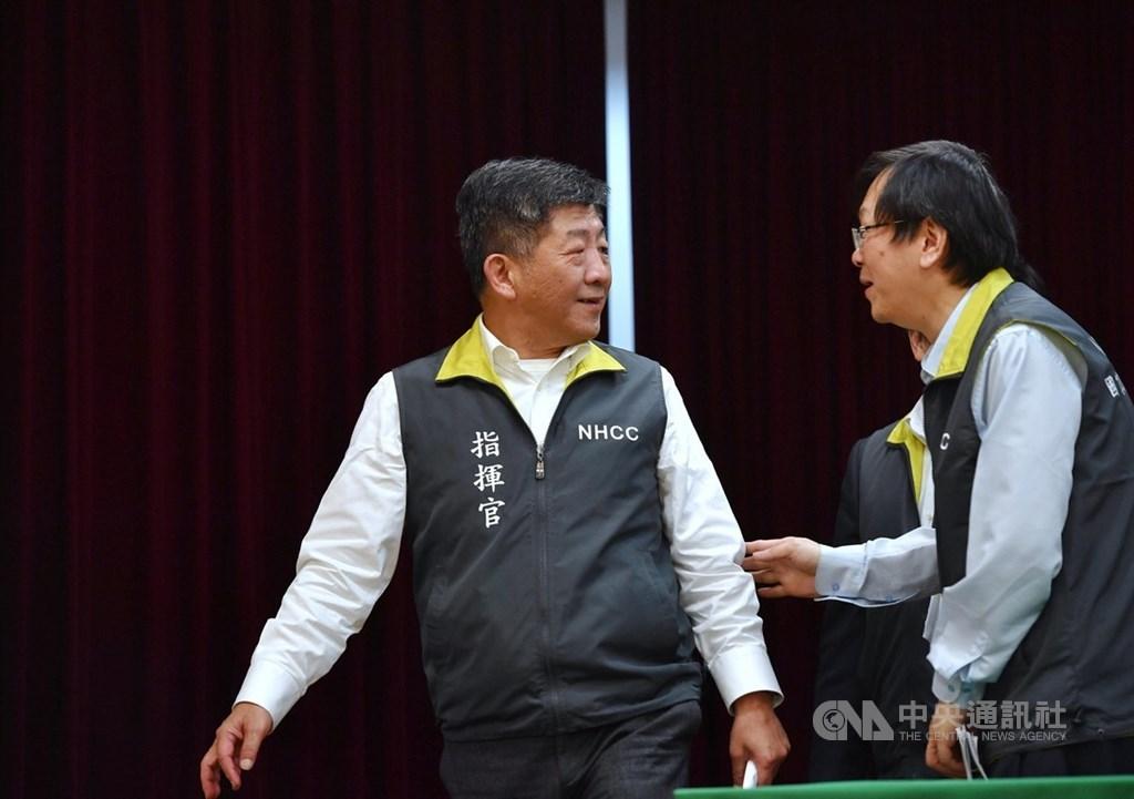 中央流行疫情指揮中心13日宣布,台灣第10例罹患COVID-19(2019年冠狀病毒疾病)病患解除隔離,近日可望出院。圖為指揮官陳時中(左)會後離去。中央社記者王飛華攝 109年2月13日