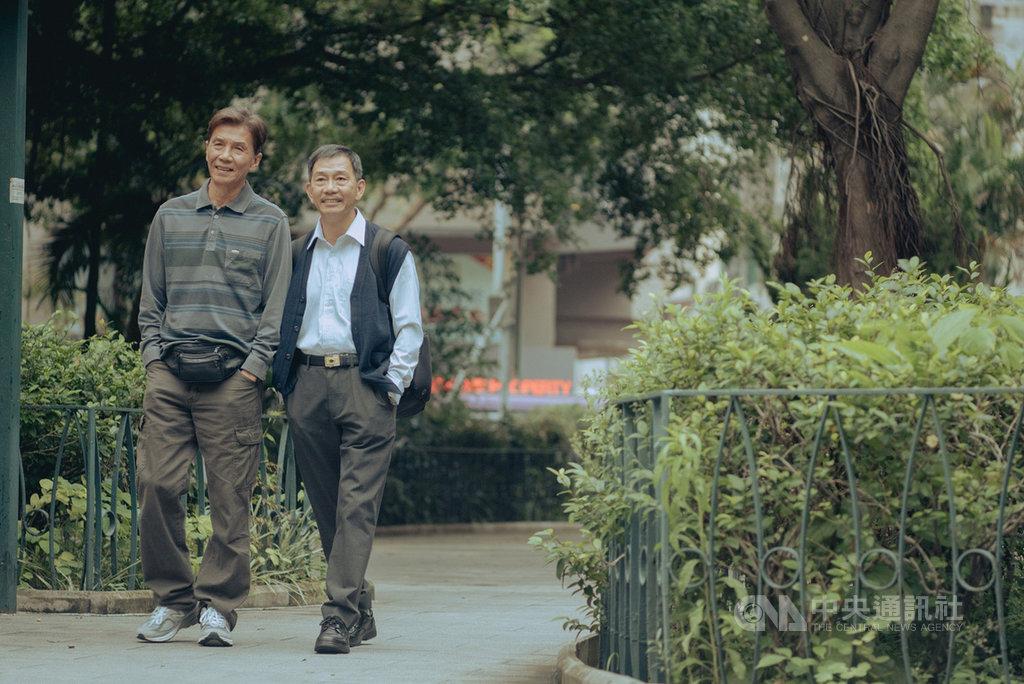 由演員太保(張嘉年)(左)與袁富華(右)主演的香港電影「叔.叔」,以年長男同志的生活為題材,訴說2名各自擁有美滿家庭、一直隱瞞同志性向的男子,面對愛情與家庭的兩難,細膩劇情及內斂但動人的演出,讓「叔.叔」在第39屆香港電影金像獎中入圍9大獎。(采昌國際多媒體提供)中央社記者洪健倫傳真 109年2月13日