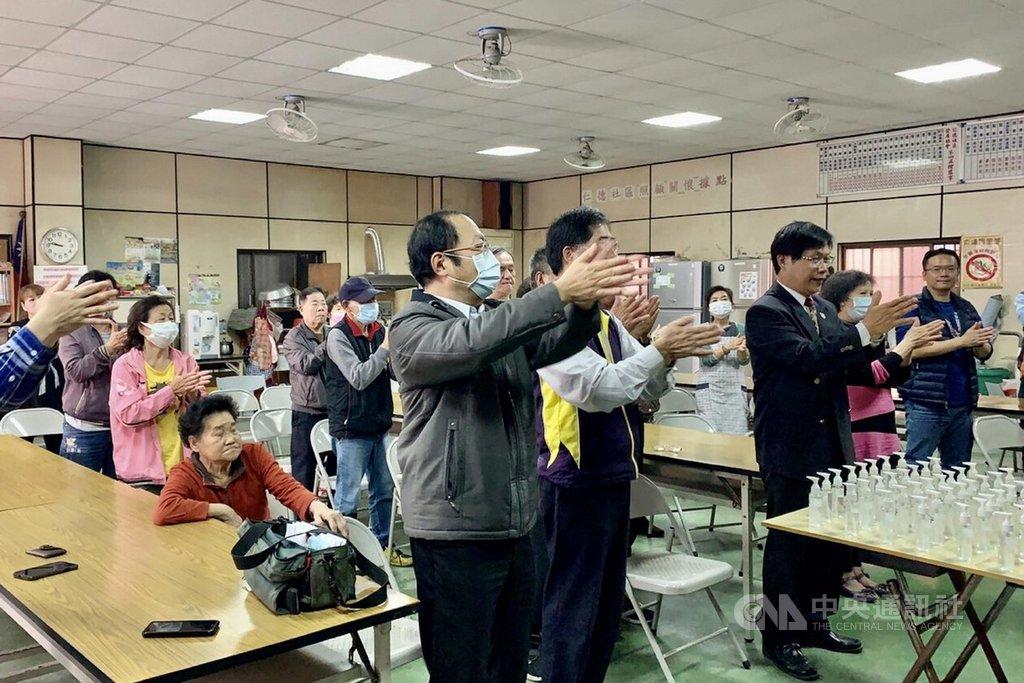 中華醫事科技大學社會責任實踐計畫團隊,13日在仁德里活動中心舉辦衛教活動,教導里民如何正確洗手。(中華醫事科大提供)中央社記者楊思瑞台南傳真  109年2月13日