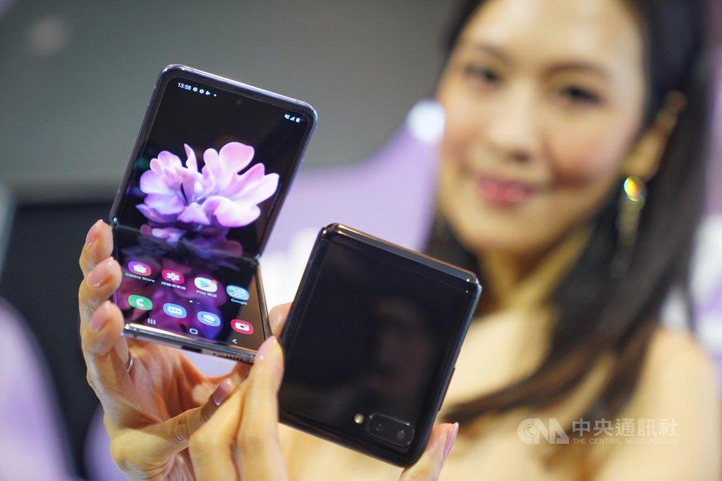 三星Galaxy Z Flip翻蓋式可摺疊螢幕智慧手機,13日正式在台亮相,是全球首見摺疊玻璃工藝,搭載6.7吋顯示螢幕、21.9:9長寬比,採用隱藏轉軸(Hideaway Hinge)與雙凸輪結構(dual CAM mechanism)設計。中央社記者徐肇昌攝 109年2月13日