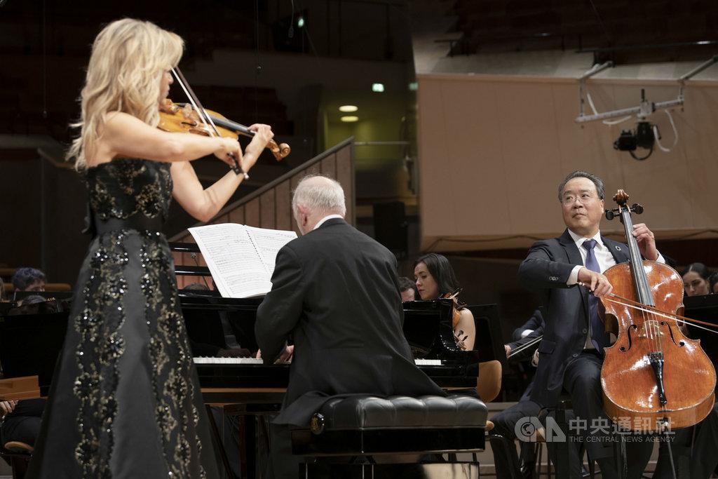 大提琴家馬友友(前右起)與鋼琴家巴倫波英、德國小提琴家慕特合作貝多芬「三重協奏曲」,3人合體演出相當難得,也為這首協奏曲留下精彩版本。(環球唱片提供)中央社記者趙靜瑜傳真 109年2月13日