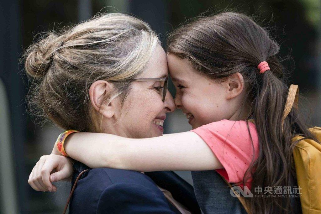 女星茱莉蝶兒(Julie Delpy)(左)在新片「複製柔伊」(My Zoe)中再度自編自導自演,探討她心中對失去至親的恐懼。(天馬行空提供)中央社記者洪健倫傳真 109年2月13日
