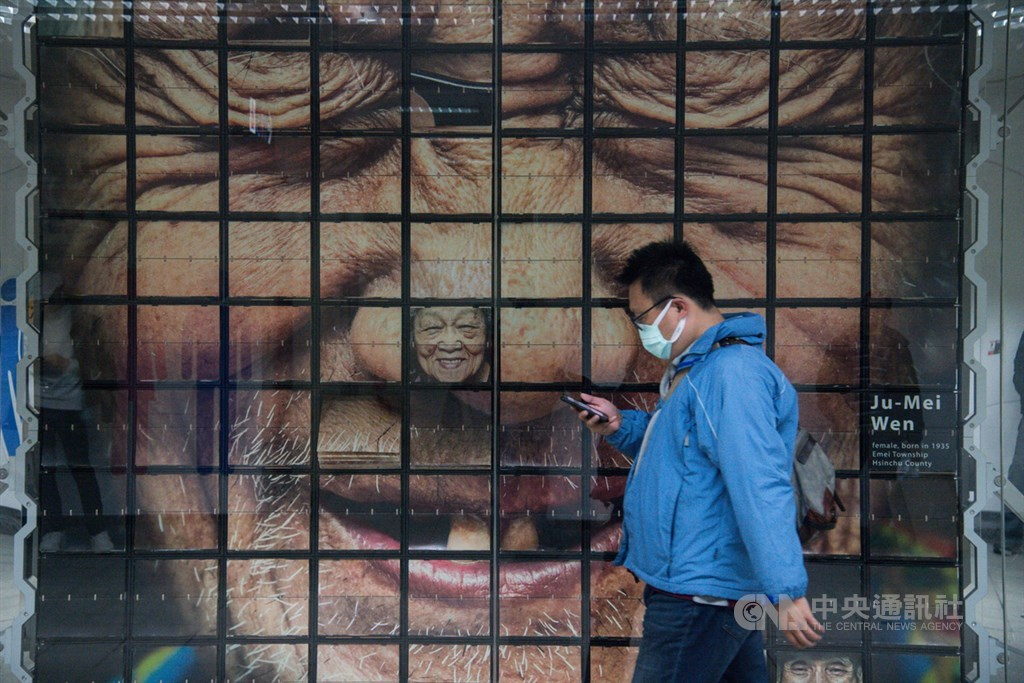 武漢肺炎目前在台疫情狀況仍在控制範圍內,不論官方或民間都積極投入防疫工作,一般民眾在出入捷運站時仍會戴口罩,謹慎面對肺炎威脅。中央社記者林俊耀攝 109年2月12日