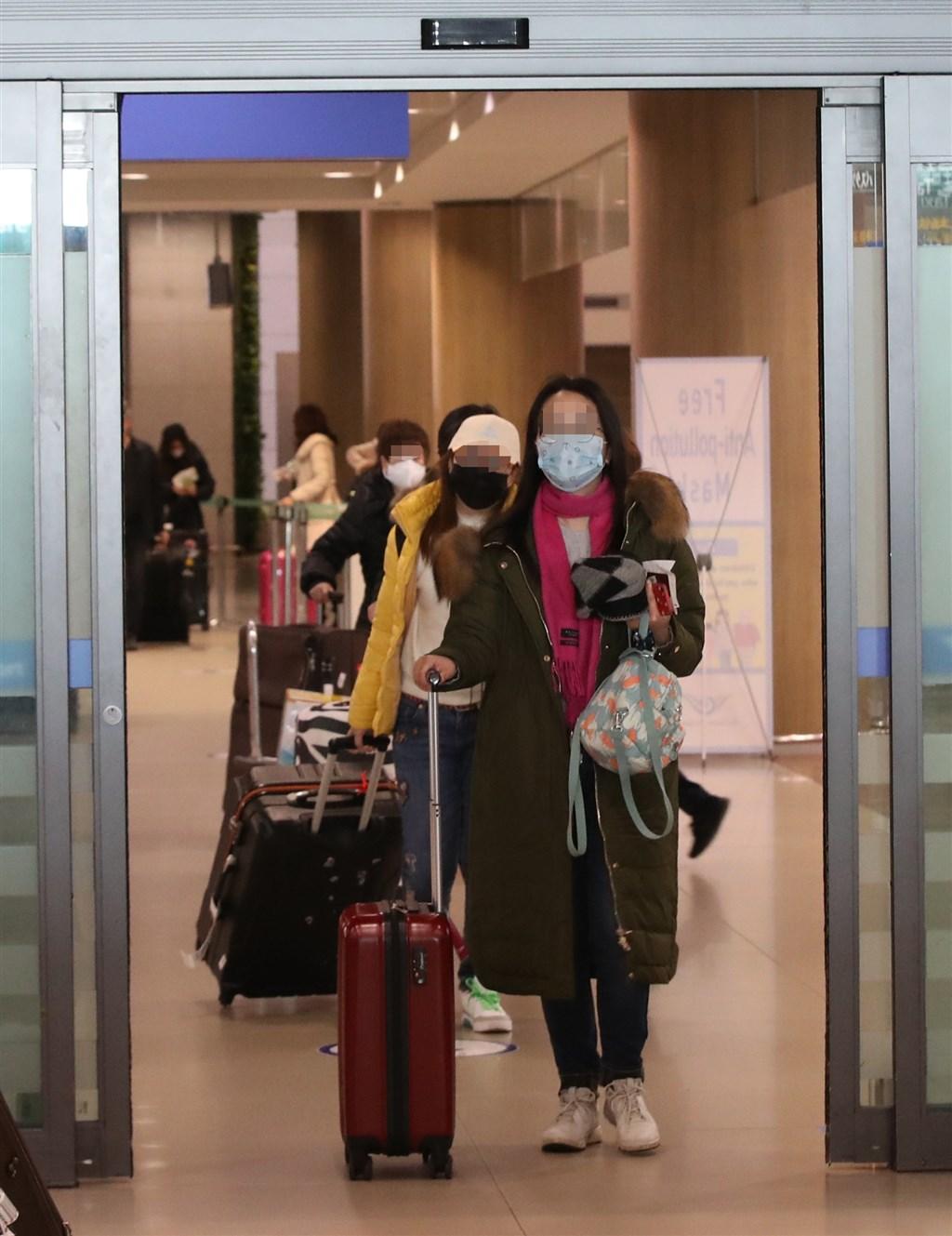 韓國疾病管理本部為加強對2019年冠狀病毒疾病的防疫工作,12日起來自中國、香港、澳門的旅客入境時需經體溫檢測,若有發燒需接受檢疫。此措施未針對台灣旅客。(韓聯社提供)